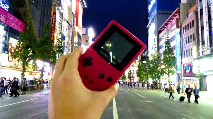 Ein alter Gameboy Colour mit retro Pokemon Spiel