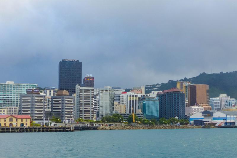 Blick auf den Hafen in Wellington bei bewölktem Himmel