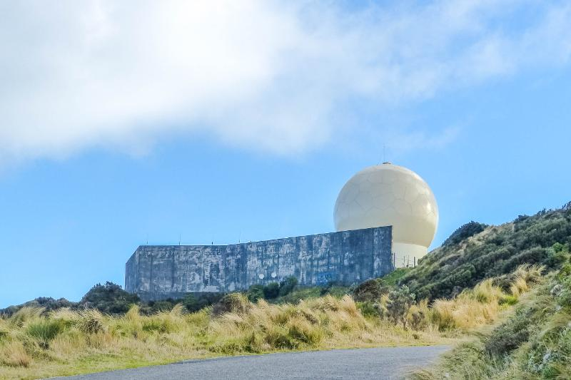 Observatorium in der Sonne mit Betonmauer