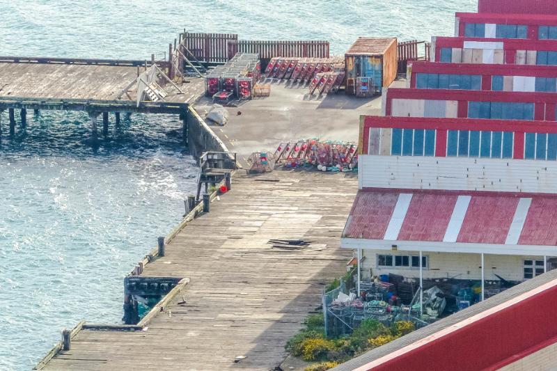 Hafenanlage in der Karaka Bay bei Sonnenschein