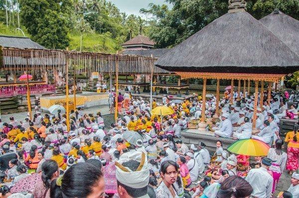 Dutzende Gläubige im Wassertempel Pura Tirta Empul bei Ubud