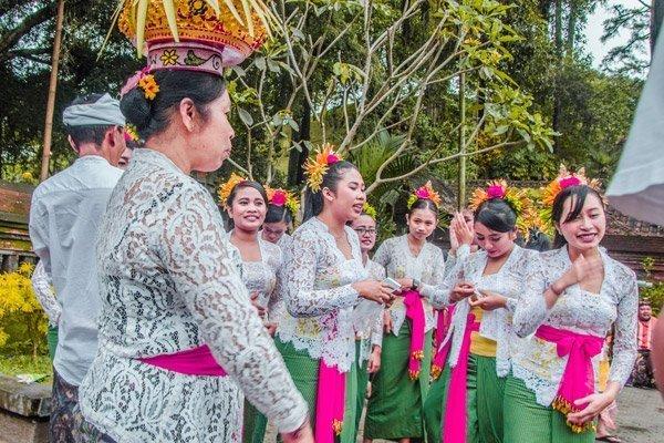 Tempelgängerinnen im Wassertempel Pura Tirta Empul bei Ubud