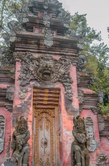 Rote Tür beim Wassertempel Pura Tirta Empul bei Ubud