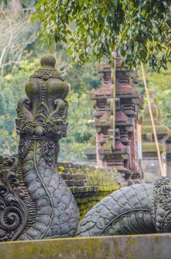 Schlangendetail am Wassertempel Pura Tirta Empul bei Ubud
