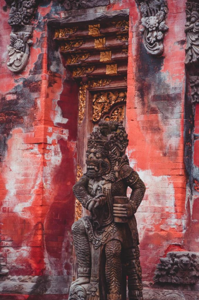 Rote Tür im Wassertempel Pura Tirta Empul bei Ubud