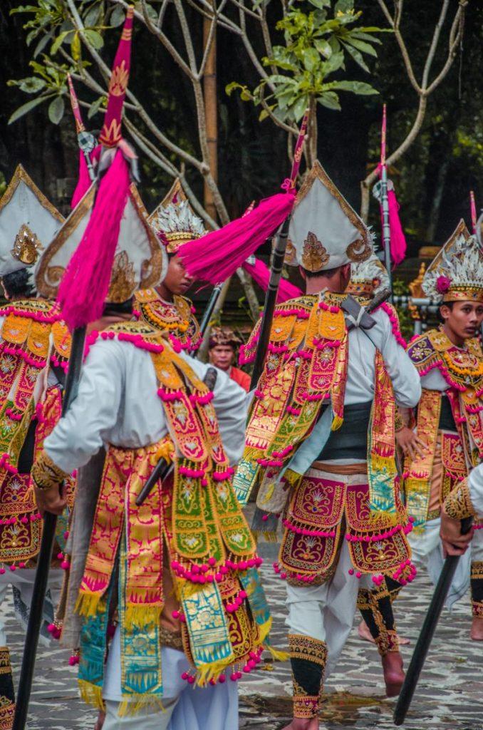 Traditionelle Tänzer im Wassertempel Pura Tirta Empul bei Ubud