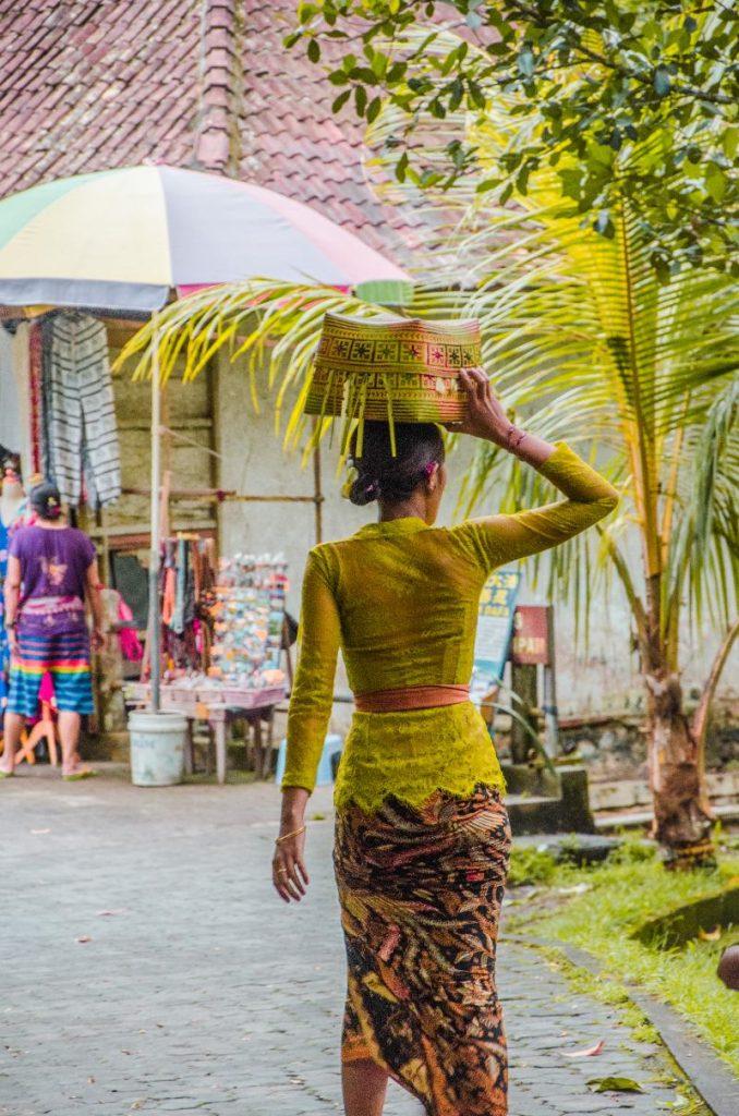 Traditionelle Tempelkleidung für Frauen im Wassertempel Pura Tirta Empul bei Ubud