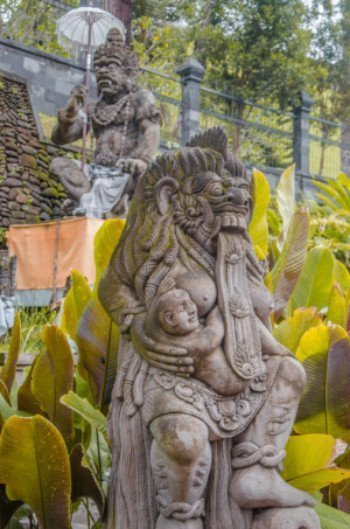 Weibliche Statue mit Baby im Wassertempel Pura Tirta Empul bei Ubud