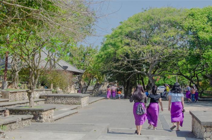 Uluwatu Tempel mit klassischer Tempeltracht
