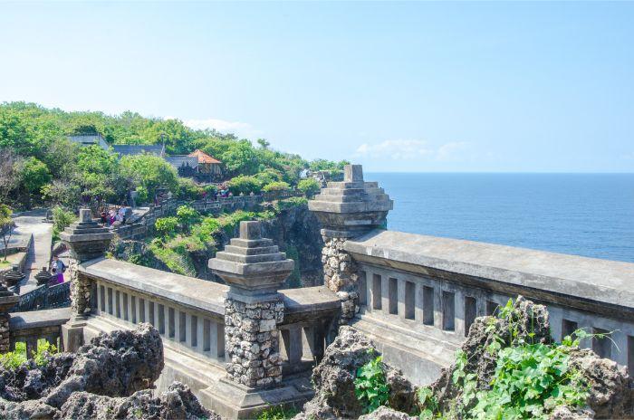 Uluwatu Tempel mit Ausblick über Ozean