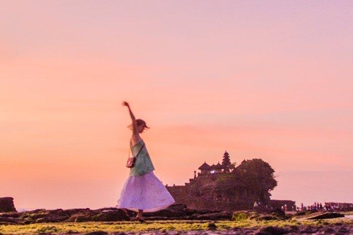 Tanah Lot mit Frau bei Sonnenuntergang