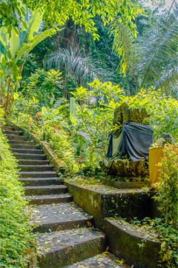 Treppe hinunter zu einem Fluss bei Ubud