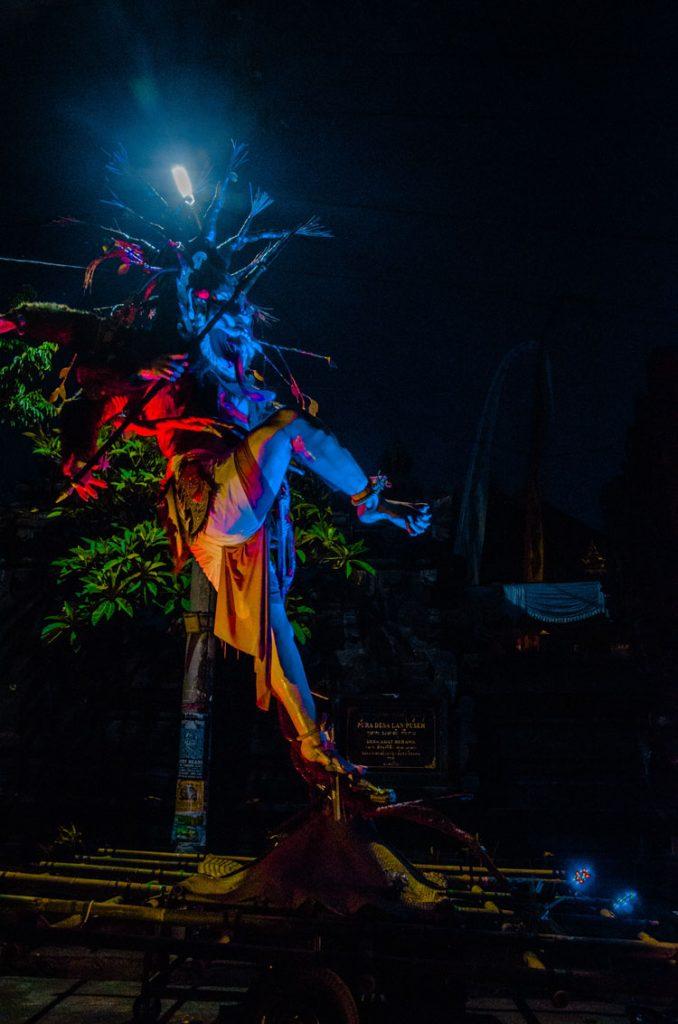 Eine Ogoh Ogoh Puppe unter einer Laterne mit blauem Licht
