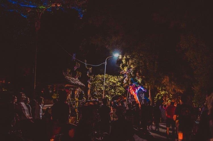 Start der Nyepi Zeremonie mitten in der Nacht mit Musikern am Ende des Zuges
