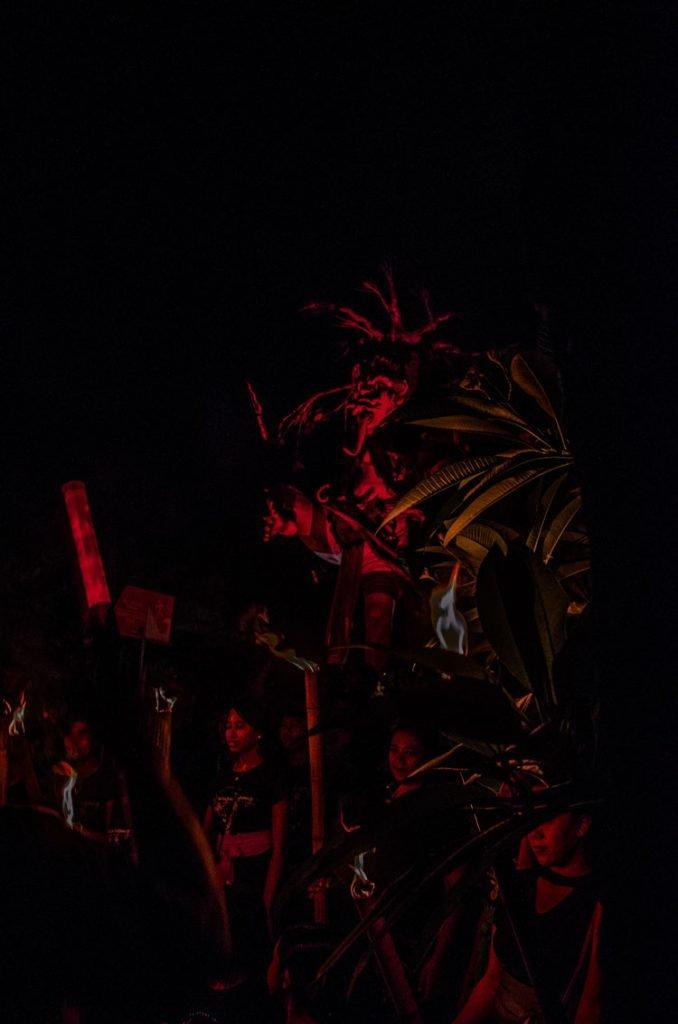 Gerade noch so von den Straßenlaternen beleuchtete Ogo Ogoh Puppe während des Nyepi FEstes in Bali