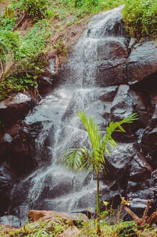 Dicht dran am Wasserfall Sing Sing Angin in Südbali