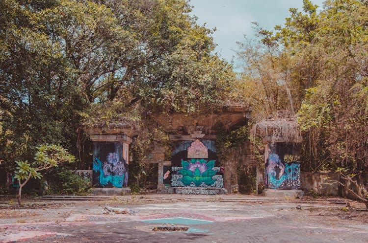 Kaputte Bodenplatten und Blick auf einen Brunnen im Taman Festival