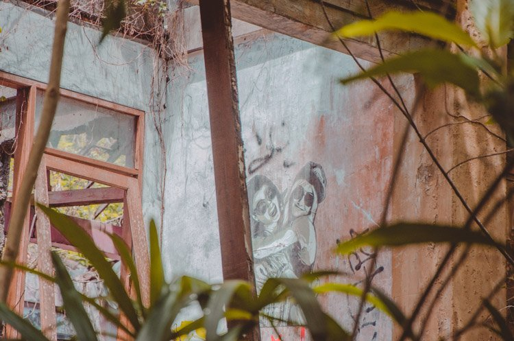Detailaufnahme von Graffiti, das ein Päärchen zeigt, Taman Festival