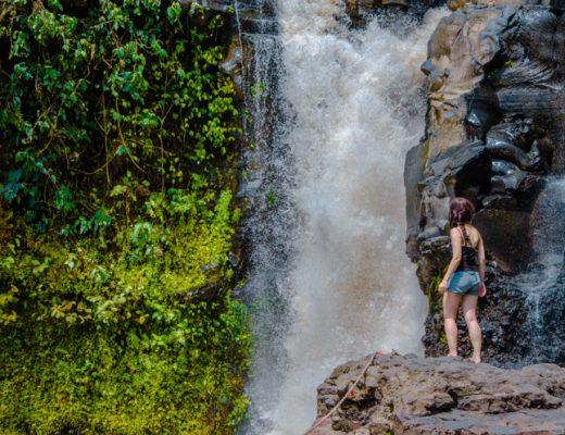 am Rand des Tegenungan Wasserfalls bei Ubud