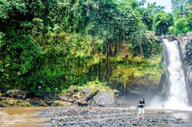 Tegenungan Wasserfall mit Tourist