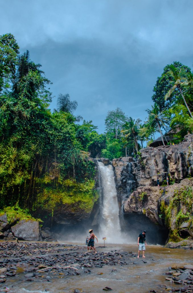 Tegenungan Wasserfall von Weitem mit Touristen