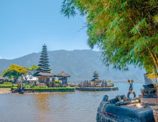 Blick auf den See und den schwebenden Tempel bei Pura Ulun Danu Bratan