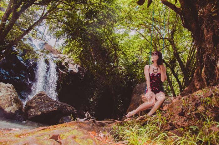 Frau auf Schaukel vor Sing Sing Angin in Südbali
