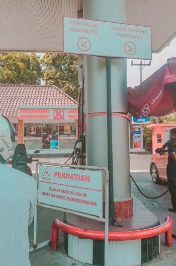 An der Tankstelle in Bali: für Autos