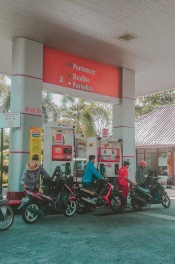 An der Tankstelle in Bali: für Motorroller