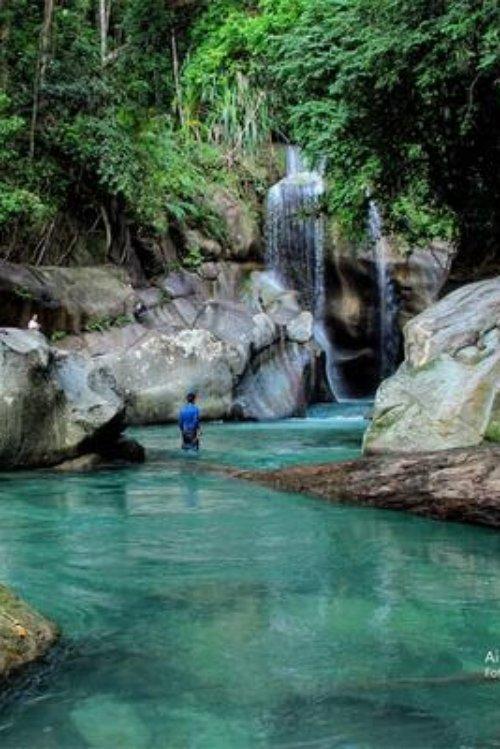 Air Terjun Nyarai mit Person im Wasser