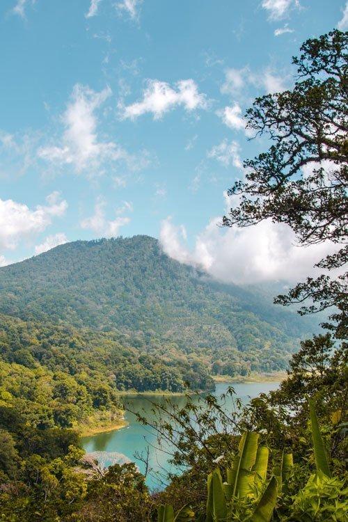 Tamblingan See von weitem mit Berg im Hintergrund
