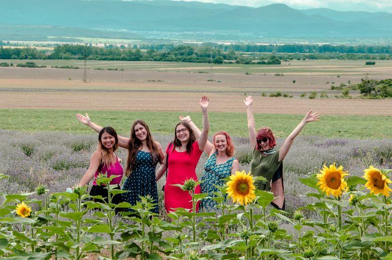 Fünf Blogerinnen in einem Fld mit Sonnenblumen und Lavendel in Bulgarien