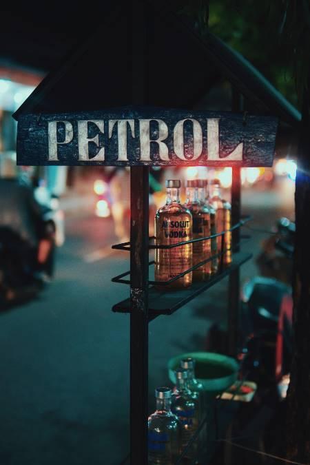 Benzin am Straßenrand in Bali