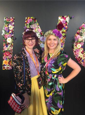PING Festival 2019 mit Bloggern vor Blumenschrift