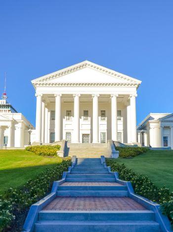 weißes historisches Gebäude in Richmond, USA