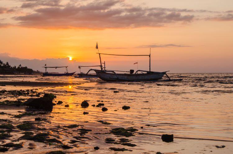 Lovina Strand bei Sonnenuntergang mit Fischerboot