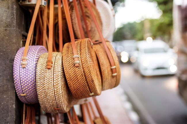 Verschieden farbige Bali Bags an einer Straße in Bali
