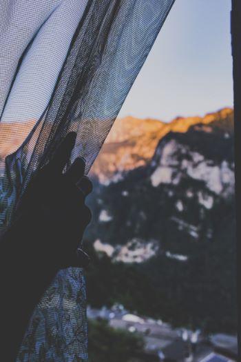 Moskitonetz und Blick auf verschneite Berge