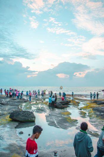 Strand mit Touristen Bei Tanah Lot nahe Canggu, Bali