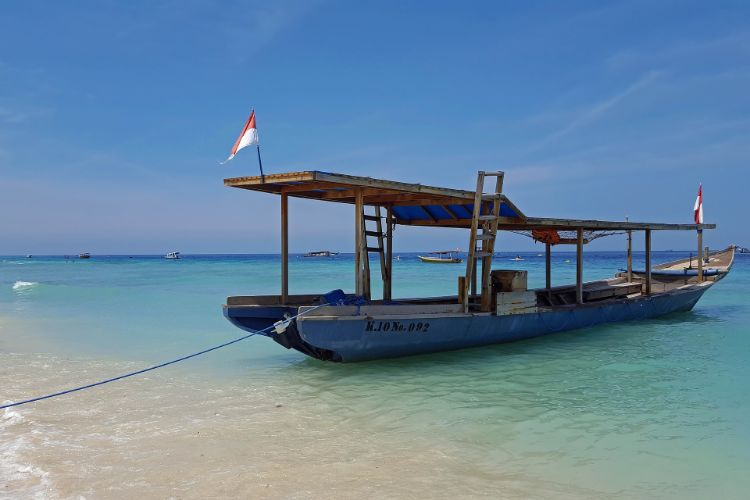 Boot vor Anker am Strand der Gili Inseln
