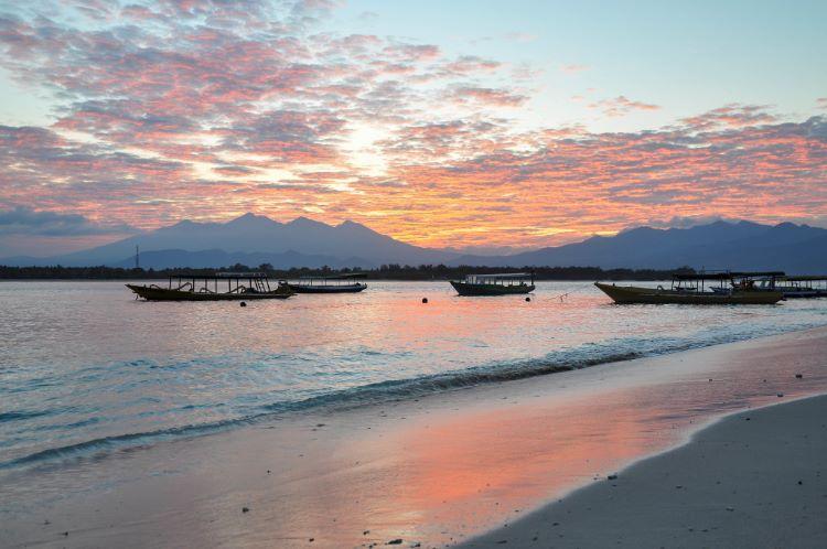 Sonnenuntergang auf Lombok mit Bergen und Strand