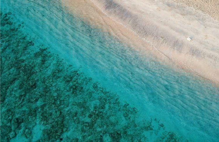 kristallblaues Wasser am Strand von Gili Trawangan vor Bali