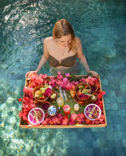 Pool Frühstück auf Bali