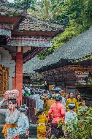 Gläubige am Tempel in Bali