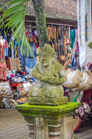 Statue vor Markt in Bali