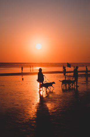 Strand von Seminyak bei Sonnenuntergang