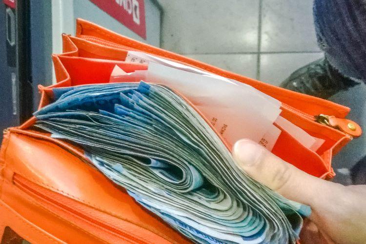 So sieht es aus, wenn man die erste Monatsmiete in Bali bar zahlt