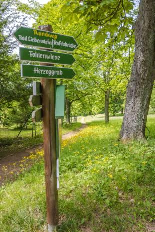 Wanderschild im Park Altenstein in Thüringen