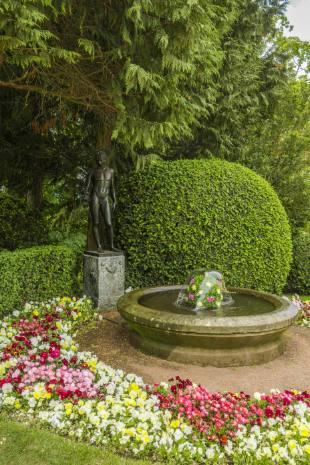 Brunnen bei Seitenfassade am Blumenbeet vor Schloss Altenstein