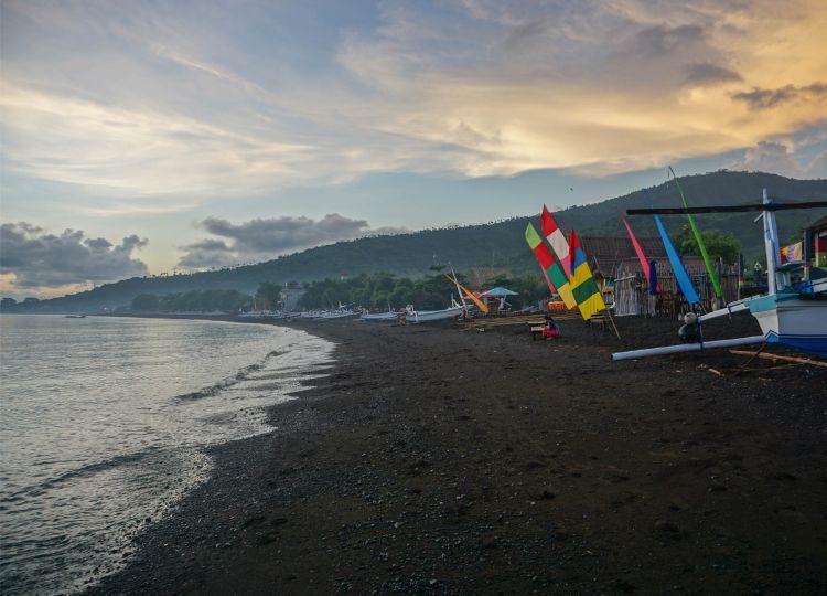 Sonnenaufgang am Strand von Amed - Foto von Live Less Ordinary